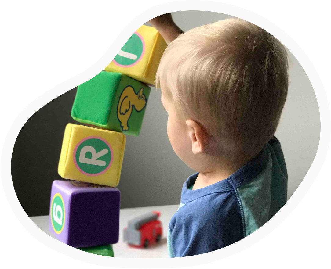 Kid-playing-with-blocks@2x